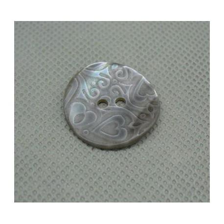 Bouton nacre gravé coeur acier 22 mm