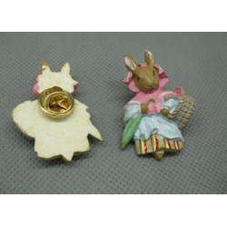 Pin's lapin corbeille 38 mm
