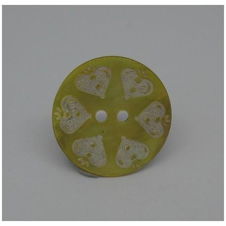 Bouton nacre agoya gravé coeur jaune 23mm